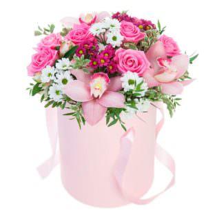 Цветы в коробке с хризантемами
